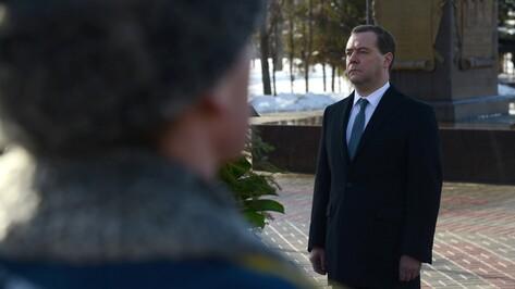 Дмитрий Медведев в Воронеже возложил венок к стеле «Город воинской славы»