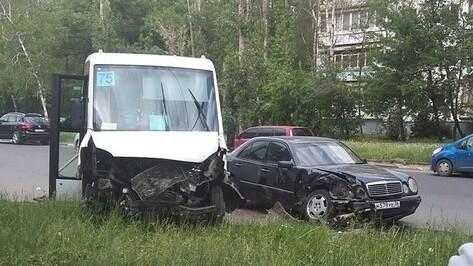 В Воронеже Mercedes столкнулся с маршруткой