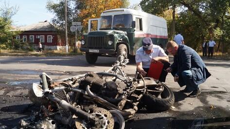В Борисоглебске после столкновения с автобусом сгорел мотоцикл
