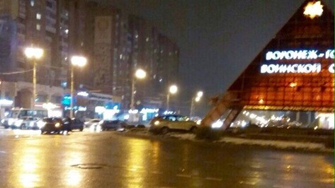 В Воронеже иномарка врезалась в пирамиду у памятника Славы