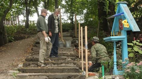 В Хохольском районе отремонтировали ступеньки и перила старинного источника