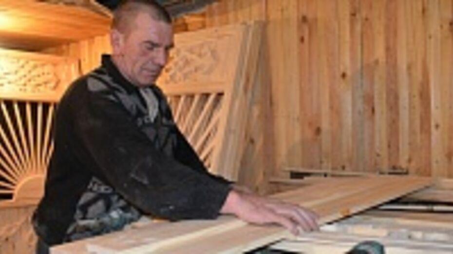 Житель нижнедевицкого села делает резные беседки, о которых мечтал в детстве