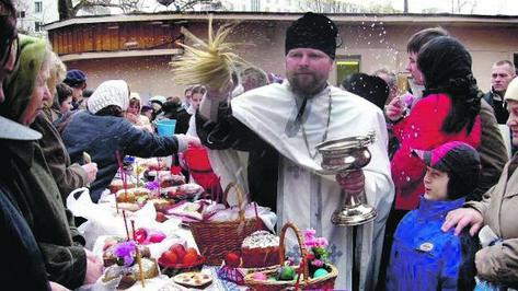 На Пасху на кладбищах будут торговать цветами и квасом