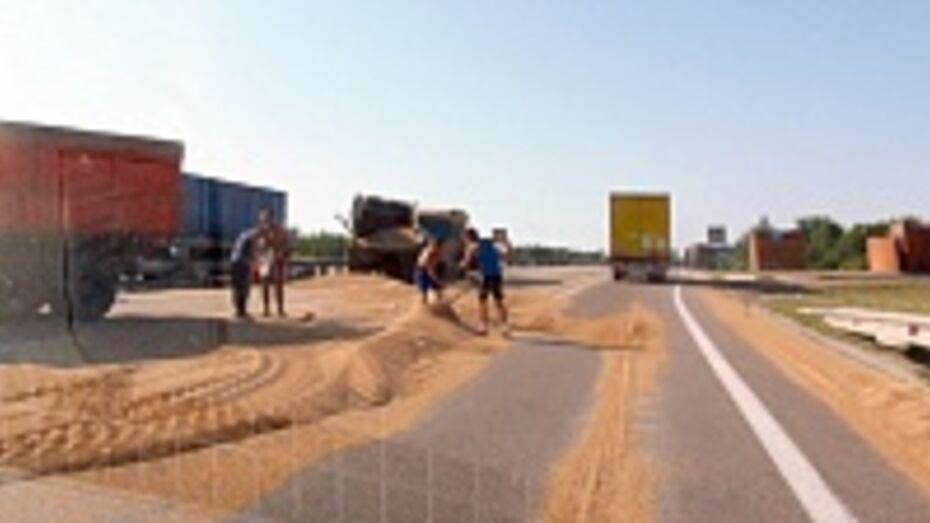 В Верхнемамонском районе трассу «Дон» засыпало зерном из поврежденного прицепа «КамАЗа»
