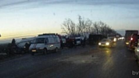 Под Воронежем столкнулись три легковушки: ранены люди