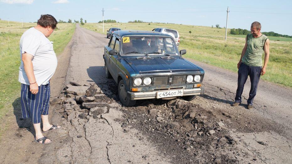 В Богучарском районе фуры разбили межпоселковую дорогу