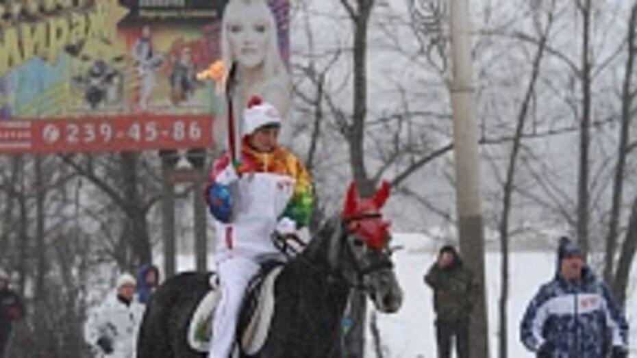 Олимпийский огонь в Воронеже провезли на тройке рысаков через Вогрэсовский мост
