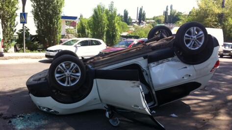 В Воронеже перевернулась машина из свадебного кортежа