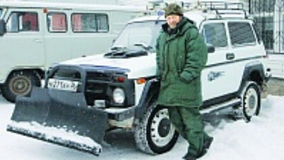Житель Боброва оборудовал свой автомобиль снегоуборочным отвалом