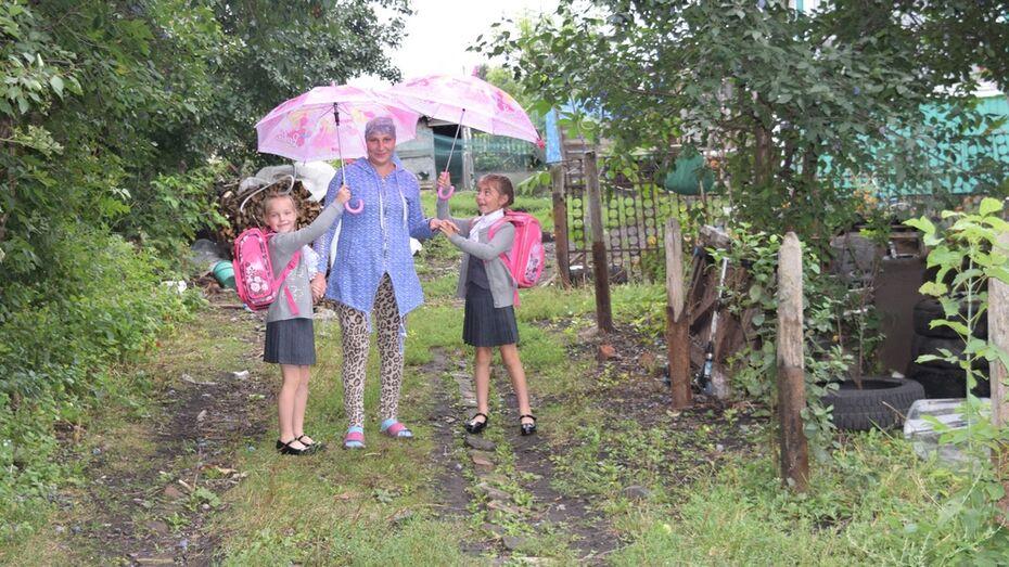 Жители Верхнехавского района помогли матери-одиночке собрать в школу дочерей-двойняшек