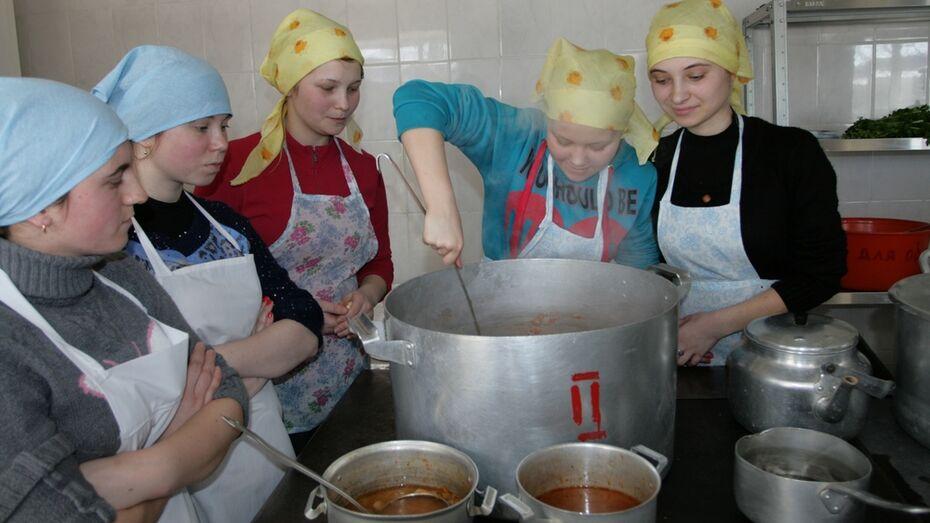Воронежские волонтеры накормили бобровских сирот