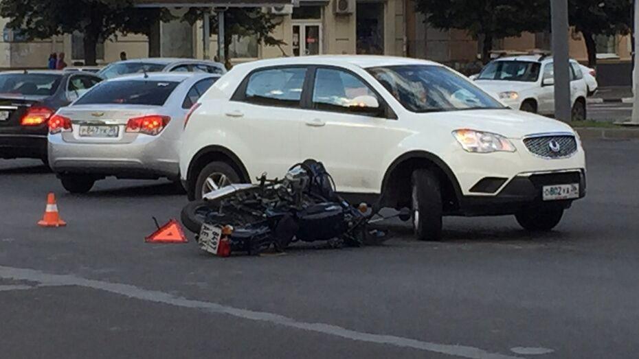 В центре Воронежа водитель иномарки сбил 50-летнего мотоциклиста