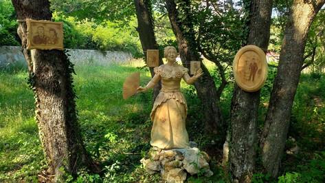 Слышится звук бензопилы. Воронежский резчик создал деревянный «Вишневый сад» под Ялтой