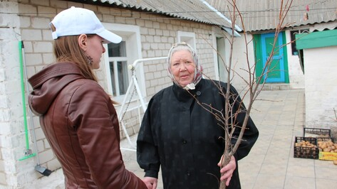 Новоусманские журналисты подарили местной жительнице липу