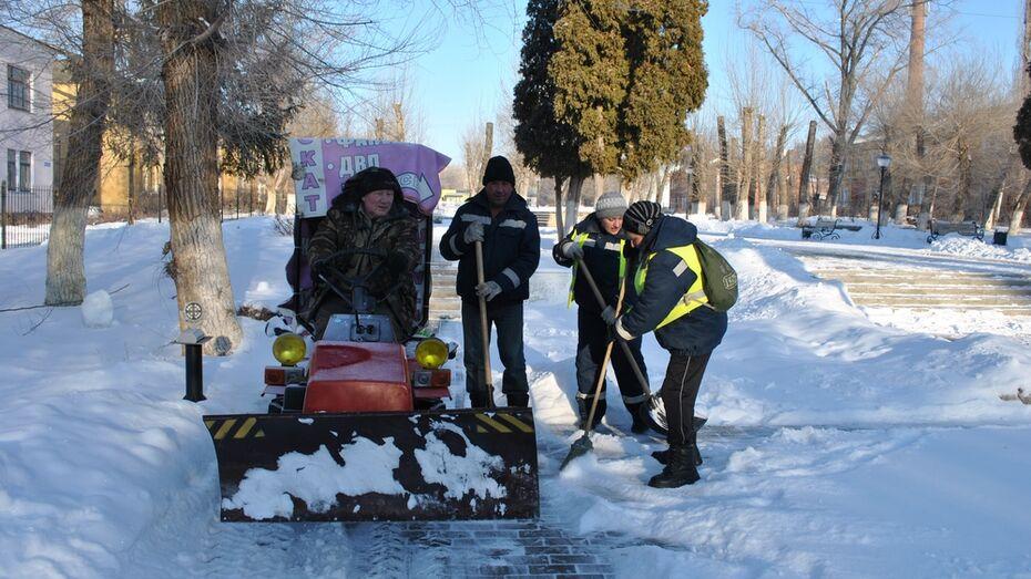 Семилукские тротуары начали чистить мини-трактором