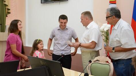 В Острогожском районе 3 сельских семьи получили сертификаты на строительство жилья
