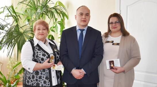 Медали от Союза женщин России получили 3 активистки из Репьевки