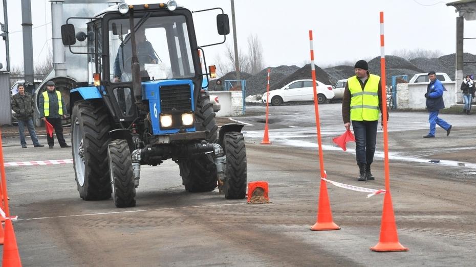 В Репьевском районе наградили лучших трактористов