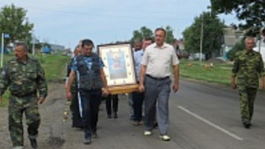Ильинский казачий крестный ход пересек границу Верхнемамонского района