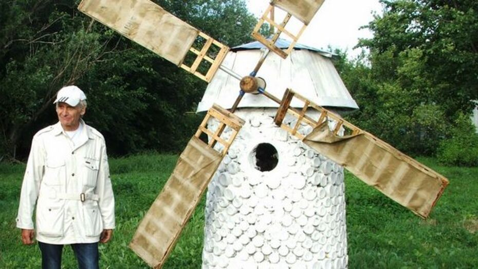 Таловский умелец построил мельницу из стеклянных бутылок