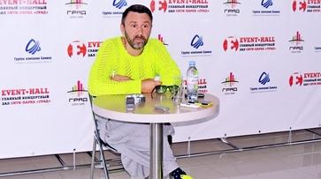 Сергей Шнуров показал воронежцам наряд в стиле «лакшериалкаш»
