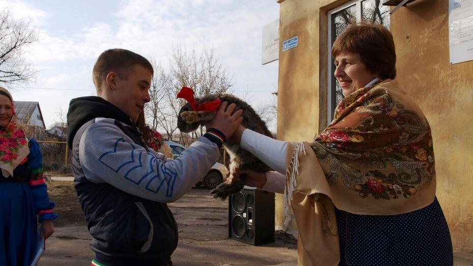 В семилукском селе победителям масленичных состязаний подарили кроликов