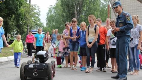 Воронежские пожарные навестили больных детей