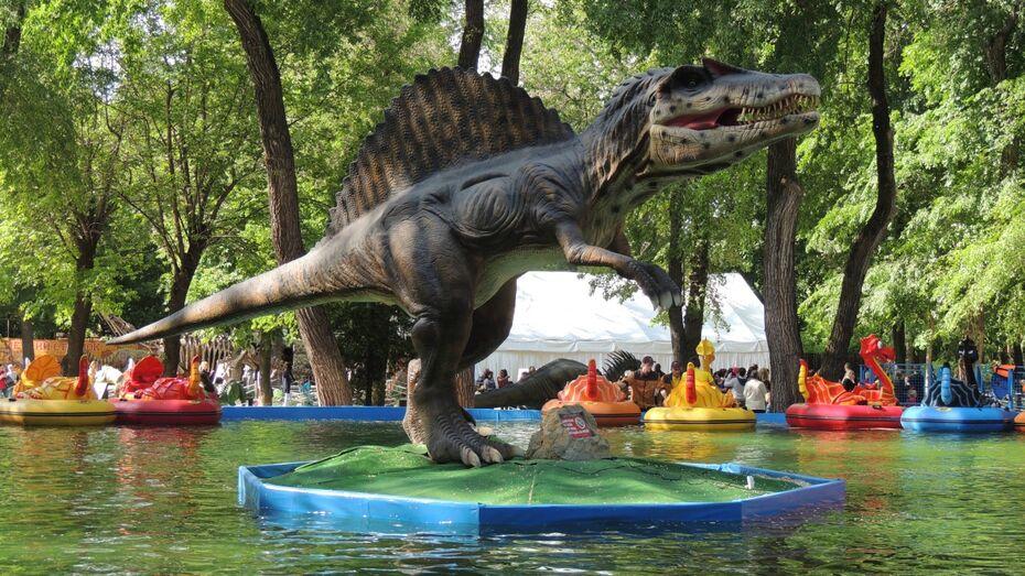 Детям-сиротам бесплатно показали выставку динозавров в воронежском парке «Орленок»