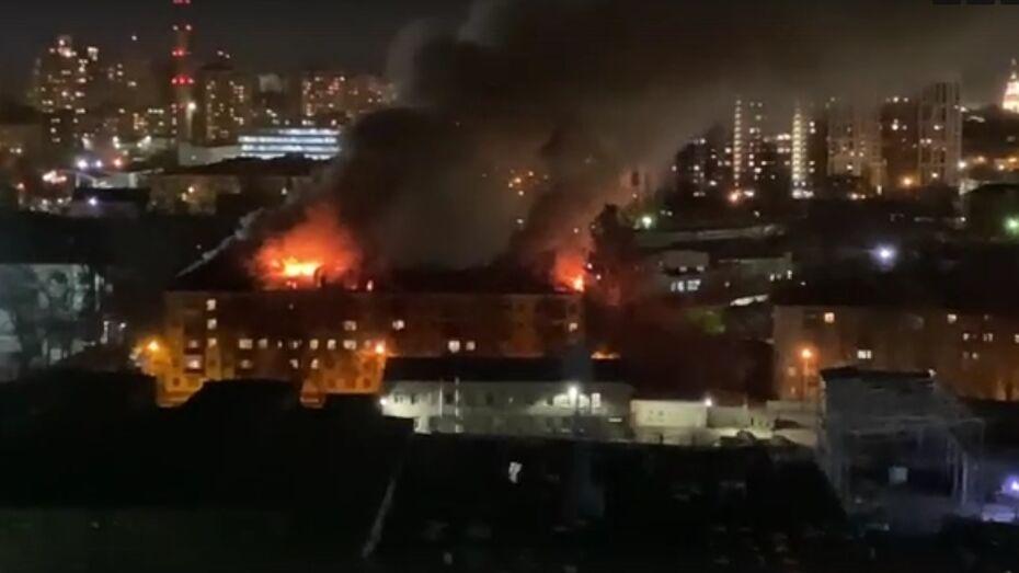 Жильцов воронежской 5-этажки эвакуировали после возгорания крыши