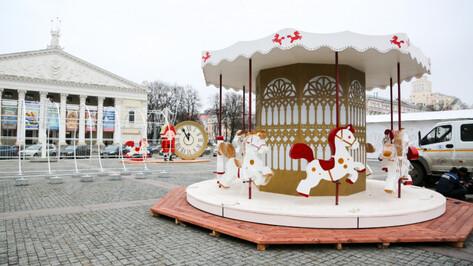 На главной площади Воронежа вандалы разбили новогоднюю карусель
