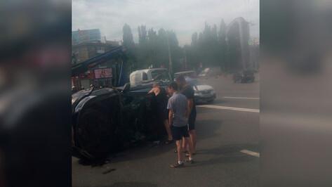 В Воронеже Kia Rio перевернулся после столкновения с ВАЗ-2110