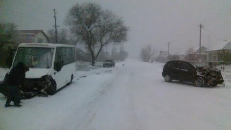 В Воронежской области в ДТП с маршруткой и Chevrolet пострадали 6 человек