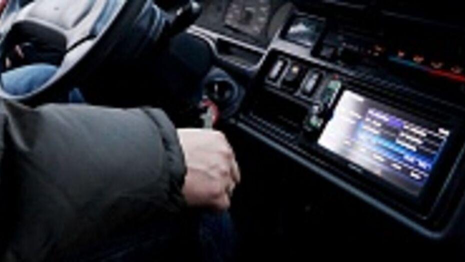 Житель Воронежской области, меняя диск в автомагнитоле, улетел в кювет