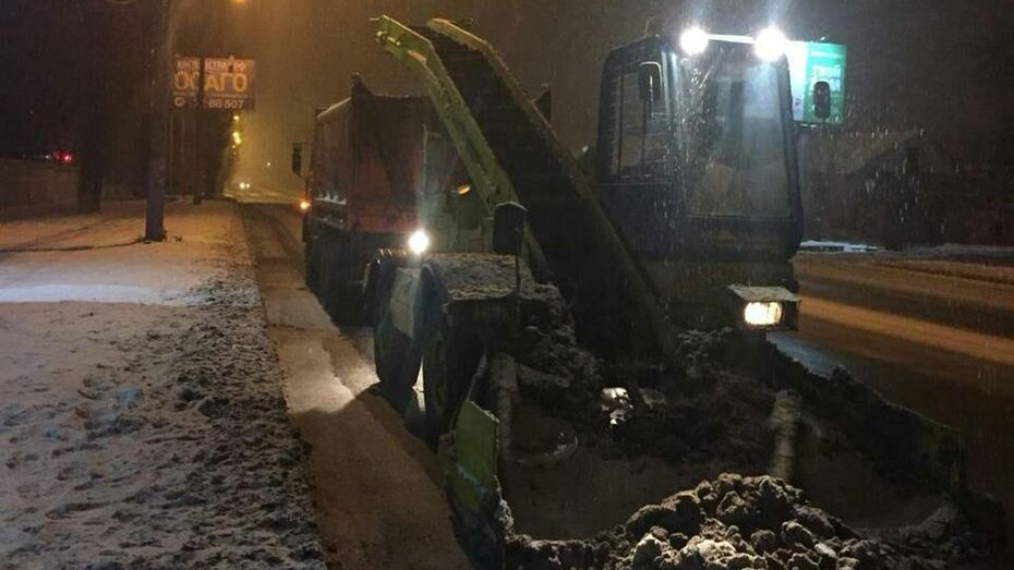 В Воронеже в ночь на 7 декабря на уборку выехали почти 200 спецмашин