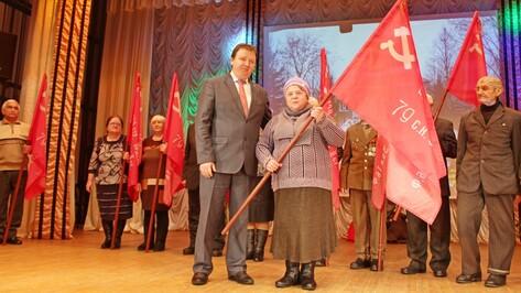В Подгоренском районе председателям ветеранских организаций вручили копии Знамени Победы