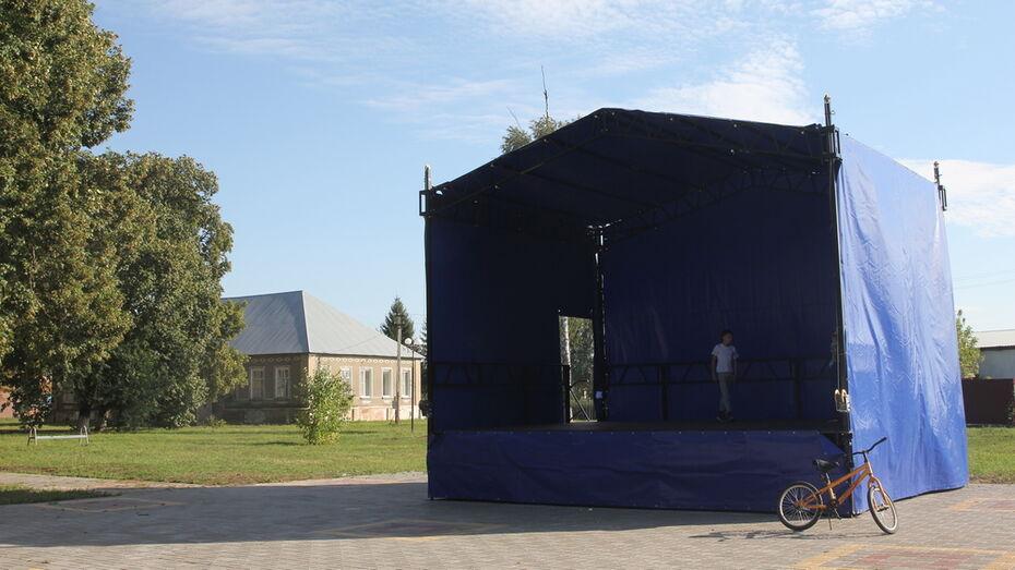 Летнюю сцену соорудили общественники в парке в бобровском селе Семено-Александровка