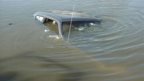 В Россошанском районе от отдыхающих уплыл автомобиль