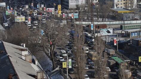 Центр Воронежа встал в пробках из-за нескольких ДТП