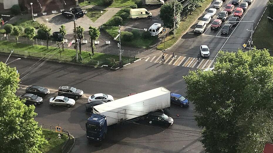 ДТП с грузовиком на Московском проспекте осложнило дорожную ситуацию в Воронеже