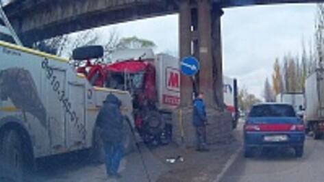 В Воронеже водитель фуры из Краснодарского края врезался в опору моста