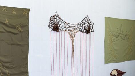 В Воронеже показали вышивки и вязаные скульптуры о войне и сексе