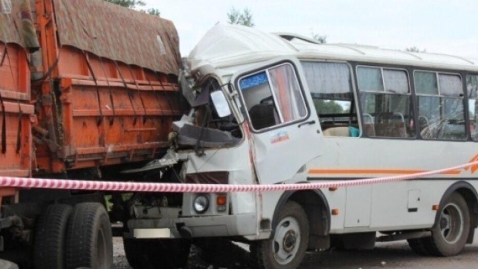 В ДТП с маршруткой на Северном мосту в Воронеже пострадали 2 пассажира