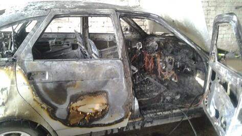 В Воронежской области в горящей машине нашли мертвого мужчину