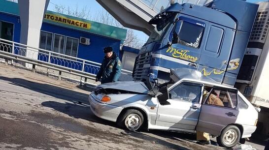 Пассажирка легковушки погибла при столкновении большегруза и ВАЗа в Воронежской области