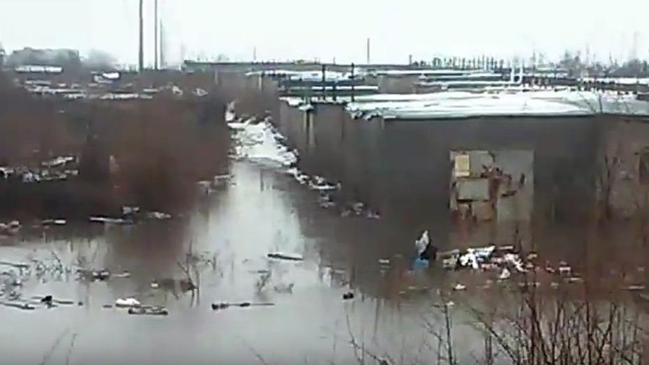 Обильные осадки привели к подтоплению гаражного комплекса в Воронеже