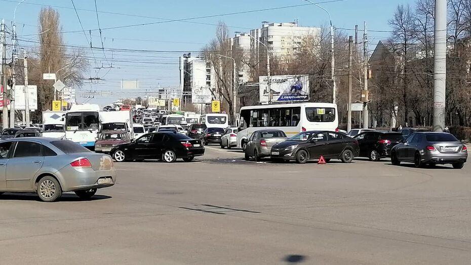 Две аварии парализовали Московский проспект в Воронеже