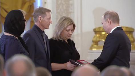 Президент вручил родным погибшего в Сирии воронежского летчика «Золотую Звезду» Героя РФ