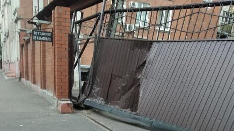 Грузовик врезался в забор воронежской кондитерской фабрики