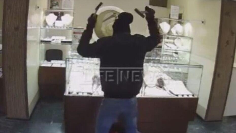 Ограбление ювелирного салона в Воронеже попало на видео