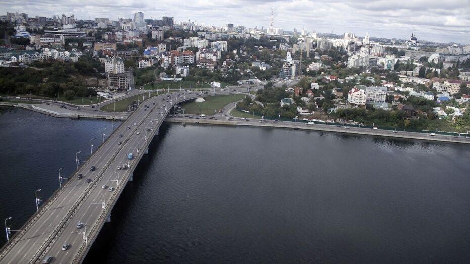 Воронежские спасатели сняли женщину с Чернавского моста